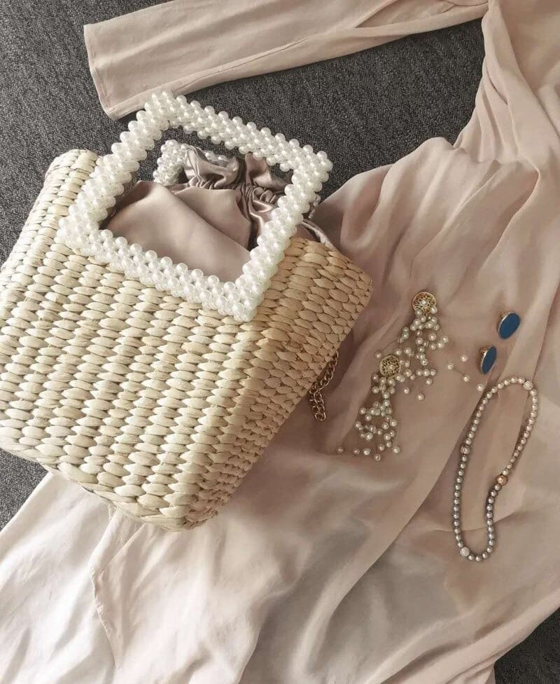 Round straw purse with zipper suggest